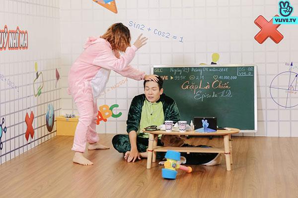 Ngay sau đó, Kelvin Khánh lại bị bà xã búng đỏ trán.