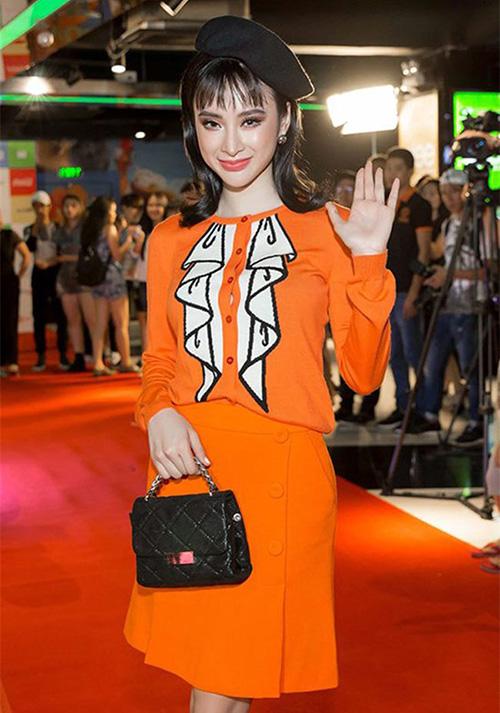 Angela Phương Trinh làm phí hoài cả set váy cam Moschinocó phong cách trẻ trung vì kết hợp cùng lối trang điểm quý bà.