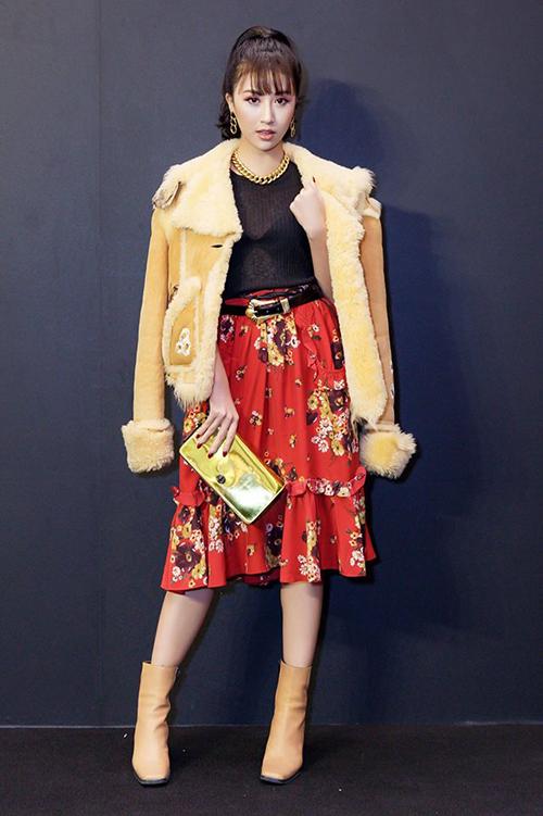 Nhìn cách mix rối rắm của Quỳnh Anh Shyn, người ta khó lòng biết được cô gáiđang diện hàng hiệu đắt đỏtừ đầu đến chân này là một fashion icon chính hiệu.