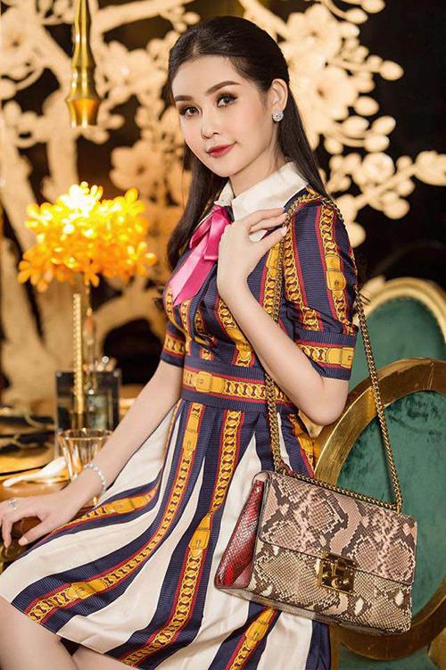 Chiếc váy này khiến Ngân Anh tốn khoảng 50 triệu đồng nhưng cô vẫn bị chê quê mùa vì không biết tiết chế họa tiết khi kết hợp phụ kiện.