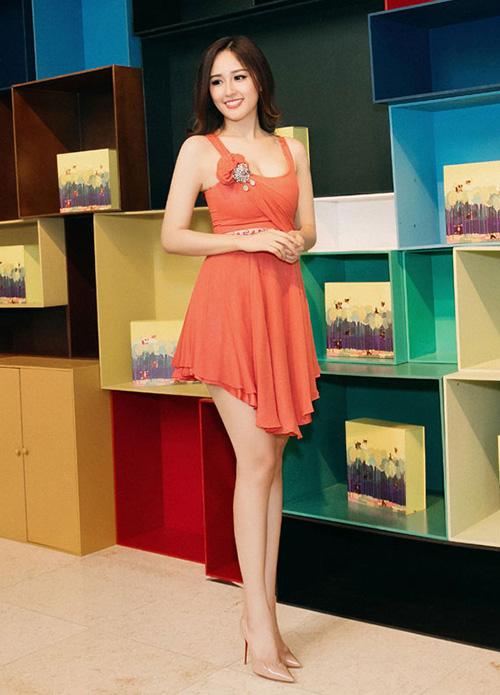 Nếu nhìn hình ảnh sến rện này của Mai Phương Thúy, hẳn nhiều người sẽ thấy khó tin khi biết cô đã chi hơn trăm triệu đồng để rước chiếc váy hàng hiệu này về.