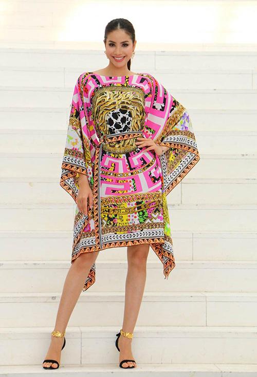 Phạm Hương chưa chinh phục thành công chiếc váy Versace hàng chục triệu đồng vì trông chẳng khác gì quấn vội khăn đi sự kiện.