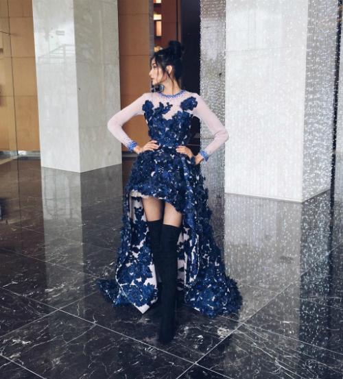 Hoàng Thùy là một trong những người mẫu chăm đi boots nhất làng giải trí Việt. Cô đi boots trong mọi hoàn cảnh, từ đi sự kiện, họp báo cho đến phong cách thời trang đời thường. Bên ngoài dù trời rét căm căm hay nóng như đổ lửa, người ta vẫn thấy nữ người mẫu xứ Thanh diện cácloại boots với đầy đủ mẫu mã, kích thước khác nhau.