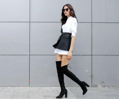 Với Hoàng Thùy, boots chính là món đồ hoàn hảo, giúp cô tôn được cặp chân dài 1m16 của mình. Ngoài ra, đôi boots cũng là món đồ hoàn hảo trong việc truyền tải thông điệpthời trang của chủ nhân.