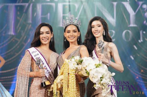 Các người đẹp Theerachaya Pimk (trái) và Khim Worawalun (phải) lần lượt nhận danh hiệu Á hậu 1 và Á hậu 2.Esmon Kanwara được Yoshi - Hoa hậuChuyển giới Thái Lan 2018, đồng thời là Á hậu 2 Hoa hậu Chuyển giới Quốc tế trao lại vương miện.