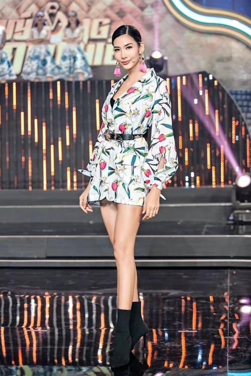 Từ khi trở thành Á hậu Hoàn vũ, người đẹp vẫn trung thành với boots nhưng lối mix đồ của mỹ nhân sinh năm 1992 có phần tiết chế hơn. Tham gia một buổi ghi hình gameshow, cô mix boots gót nhọn cùng váy dáng vest họa tiết nhiệt đới.
