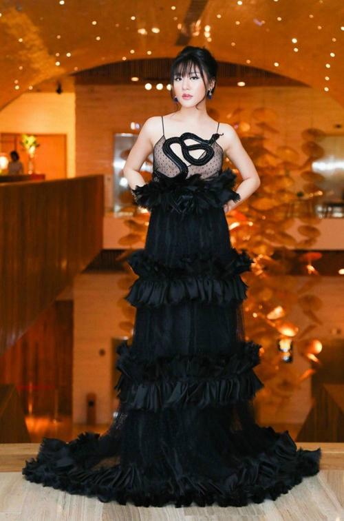 Văn Mai Hương thường xuyên lựa chọn phải những món đồ không phù hợp với vóc dáng. Cô trở nên béo tròn, béo trục với mẫu váy hai dây xếp tầng già nua, sến súa.