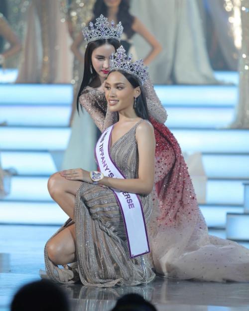 Esmon Kanwara được Yoshi - Hoa hậuChuyển giới Thái Lan 2018, đồng thời là Á hậu 2 Hoa hậu Chuyển giới Quốc tế trao lại vương miện.