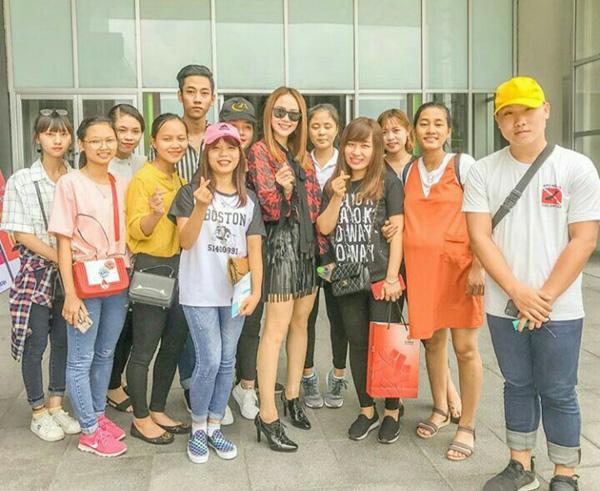 Minh Hằng được FC Hà Nội tiếp đón nồng nhiệt khi đến đây biểu diễn.