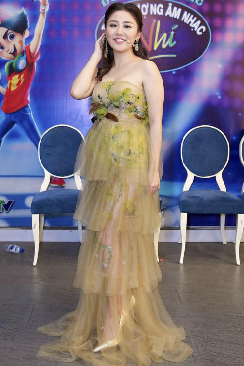 Văn Mai Hương hóa bà bầu với thiết kế để lộ nhược điểm vòng 2 vượt mặt.