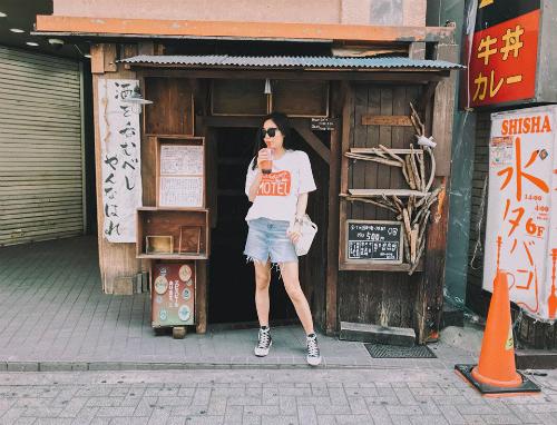 [Caption]Xuất phát điểm là một cô nàng tròn đầy mũm mĩm, gia nhậpshowbiz Việtvới danh hiệu Á quân của Việt Nam idol 2010, khi đó phong cách của Văn Mai Hương bị nhận xét là mờ nhạt, diêm dúa có phần lạc điệu hơn hẳn so với các sao khác. Từ ngày giảm cân, Văn Mai Hương dường như thay đổi hoàn toàn về gu thời trang của mình. Cô nàng được khen ngợi vì biết cách kết hợp giữathời trangbình dân và hàng hiệu, tạo nên tổng thể rất trẻ trung và sang chảnh. Những set đồ street style mà Văn Mai Hương lựa chọn đều phô diễn lợi thế vóc dáng của mình với những kiểu dáng lạ mắt được kết hợp tinh tế và thú vị vô cùng