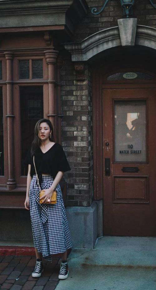 Cách mix đồ của Văn Mai Hương khi xuống phố đề cao sự thoải mái, năng động. Cô thường diện những món đồ vừa khai thác tối đa được lợi thế vóc dáng, vừa sành điệu, hợp mốt.