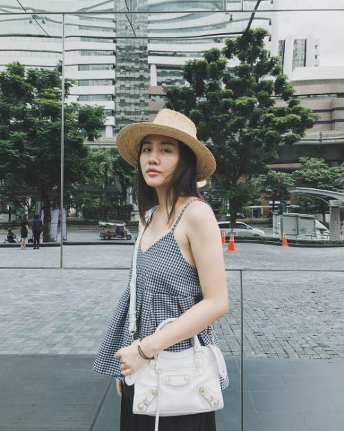 Không phô phang hàng hiệu như nhiều mỹ nhân Vbiz, Văn Mai Hương chú trọng xây dựng phong cách đời thường gần gũi. Cô cũng được đánh giá là một trong những ngôi sao chịu khó cập nhật từng xu hướng, chuyển động của làng thời trang quốc tế.