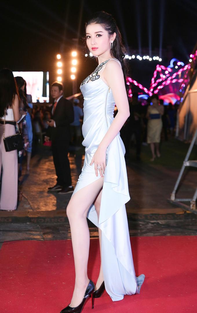 <p> Á hậu 1 Huyền My diện váy xẻ đùi khoe vẻ gợi cảm.</p>