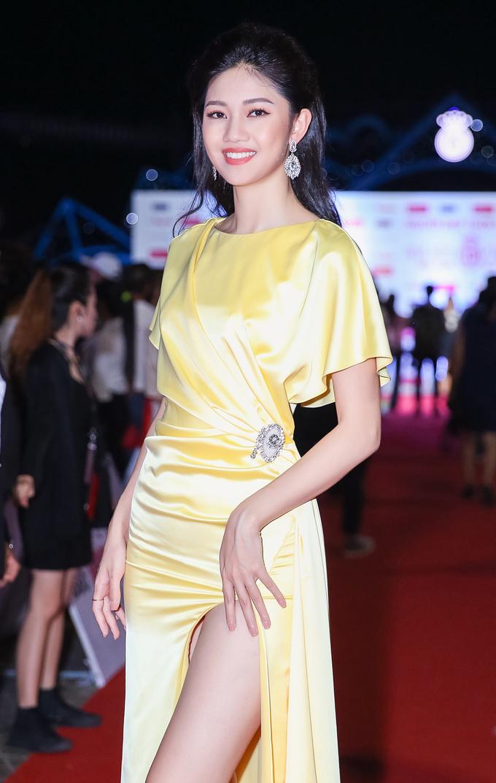 <p> Á hậu 1 Thanh Tú diện váy xẻ cao vút khoe chân thon dài.</p>