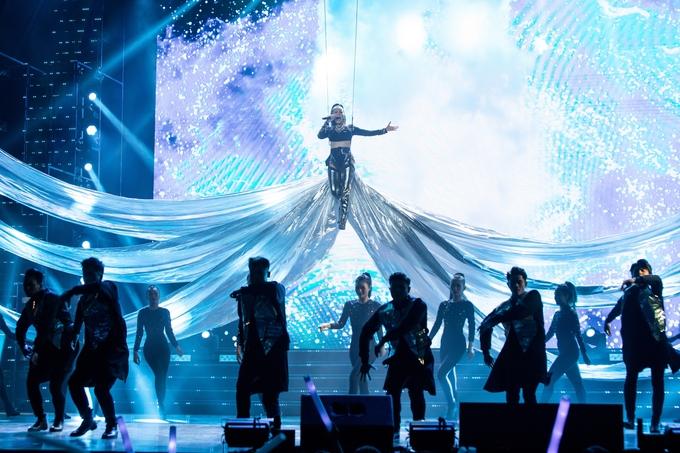 Thu Minh được đầu tư một sân khấu hoành tráng với sự hỗ trợ của trên 60 vũ công. Nữ ca sĩ khiến hơn 3.000 khán giả bất ngờ vì màn bay lên không giữa tà váy bao trùm cả sân khấu rộng lớn của nhà hát.