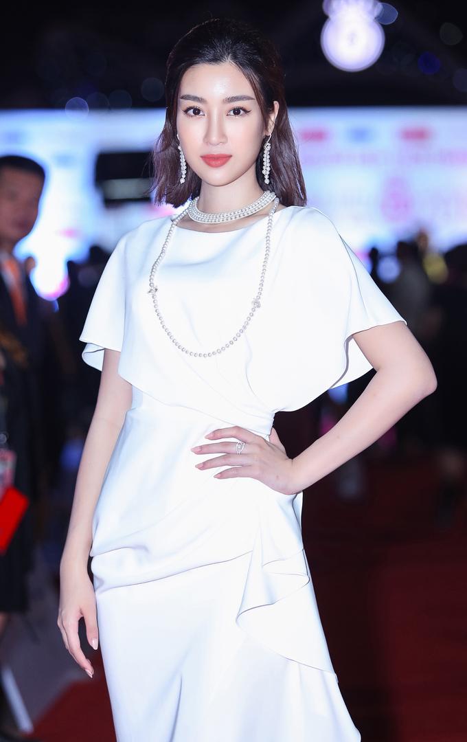 <p> Top 3 Hoa hậu 2016 gồm Đỗ Lỹ Linh. Cô xuất hiện trong chiếc đầm trắng thanh lịch.</p>