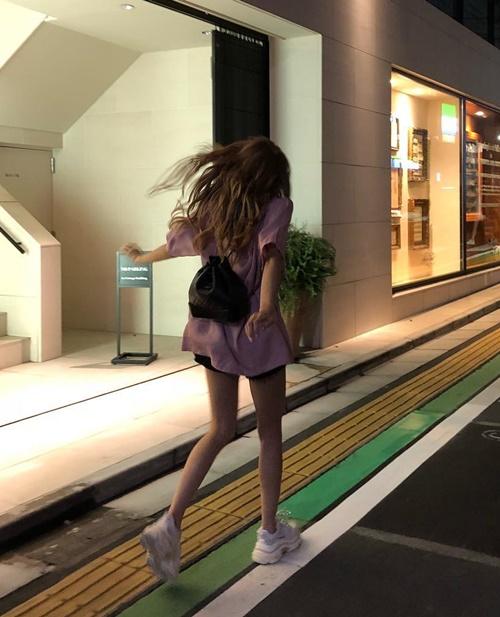 Lisa tung tăng chạy nhảy trên phố, khoe chân thon dài hút mắt.