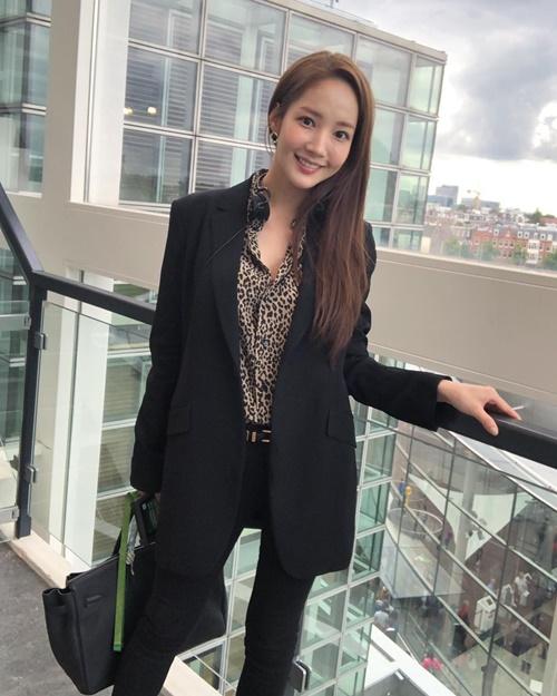 Park Min Young có phong cách chững chạc, mạnh mẽ khác với hình tượng Thư ký Kim ngọt ngào.