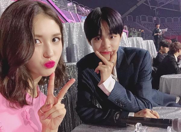 Somi khoe ảnh với cậu bạn thân Lee Dae Hwi của Wanne One khi có dịp hội ngộ.