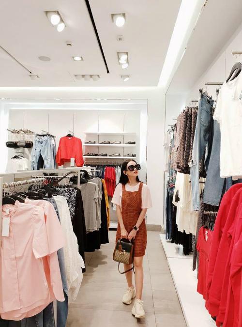 Sĩ Thanh dành hết thời gian nghỉ lễ để đi shopping cùng bạn bè.