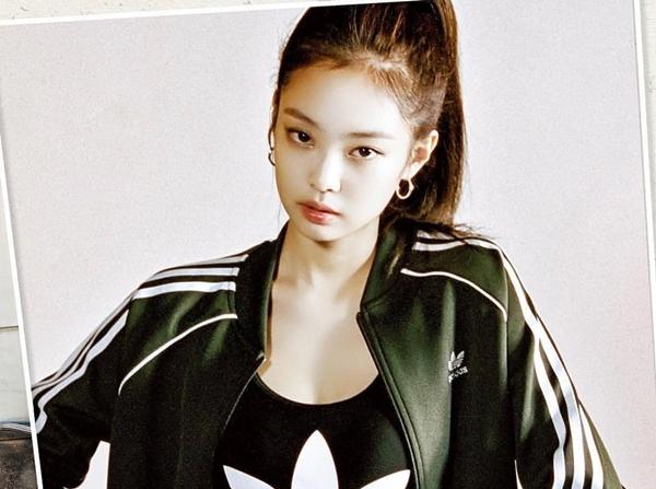 Đối với Jennie, dù diện phong cách nào, cô nàng cũng tỏa sáng rực rỡ và khiến người ta tò mò về những món đồ mà cô đang mặc.