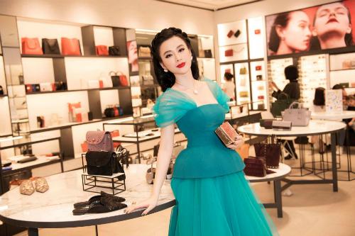 Bộ đầm xanh của NTK Công Trí không xấu, nhưng cách trang điểm và kiểu tóc cổ điển khiến Angela Phương Trinh trông như một quý bà. Trinh vẫn xinh nhưngtổng thể sến rện đã cộng cho cô thêm cả chục tuổi.