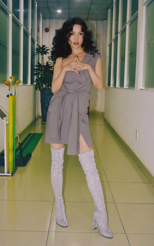 Bỏ qua định kiến thời trang rằng người dáng nhỏ không mấy phù hợp với style gợi cảm, Sĩ Thanh diện đồ cắt xẻtáo bạo nhưng vẫn sexy hết nấc. Boots cao cổ mix cùng váy giả vest thiết kế lạ mắt kiến tạo vóc dáng hoàn hảo.