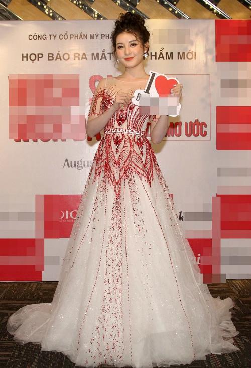 Nhiều người nhận ra bộ cánh mà Hương Giang diện mới đây từng được Á hậu Huyền My diện trước đó không lâu trong buổi ra mắt sản phẩm mới của một thương hiệu thẩm mỹ.