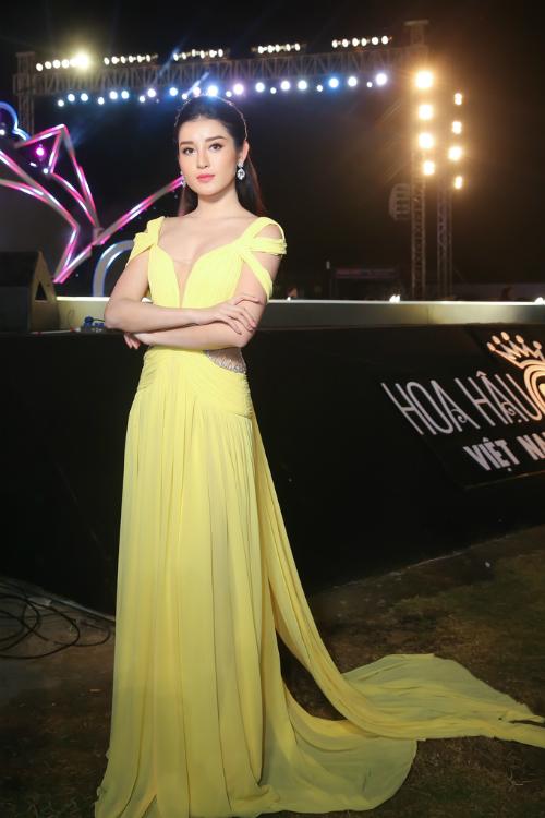 Làm giám khảo chấm thi Người đẹp thời trang tại Hoa hậu Việt Nam, Huyền My đầu tư chỉn chu cho phần nhìn. Cô xuất hiện phía dưới sân khấu với bộ đầm xẻ ngực sâu, chất liệu voan bay bổng. Thiết kế này khiến người đẹp trở nên e ấp, kiêu sa hơn bao giờ hết.