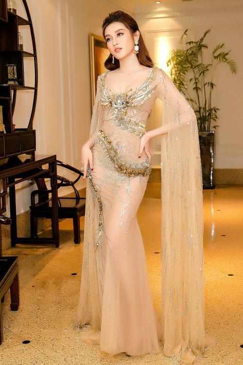 Đầm dáng cape chất liệu ren xuyên thấu, đính kết tỉ mẩn của NTK Đỗ Long làm tôn lên vẻ đẹp quý phái, ngọc ngà của Huyền My.