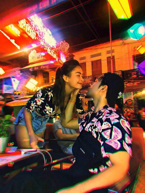 Á hậu Mâu Thủy có chuyến nghỉ ngơi, thư giãn sau những giờ làm việc căng thẳng tại đất nước Campuchia. Tại đây, nàng hậu chia sẻ những khoảnh khắc tình bể bình bên cạnh NTK Lý Quí Khánh.
