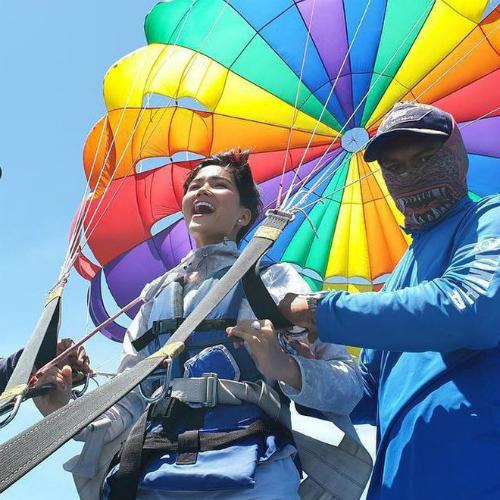 Nhân dịp nghỉ lễ, HHen Niê cùng bạn bè du hí Thái Lan. Tại Pattaya, cô có cơ hội trải nghiệm bộ môn nhảy dù.
