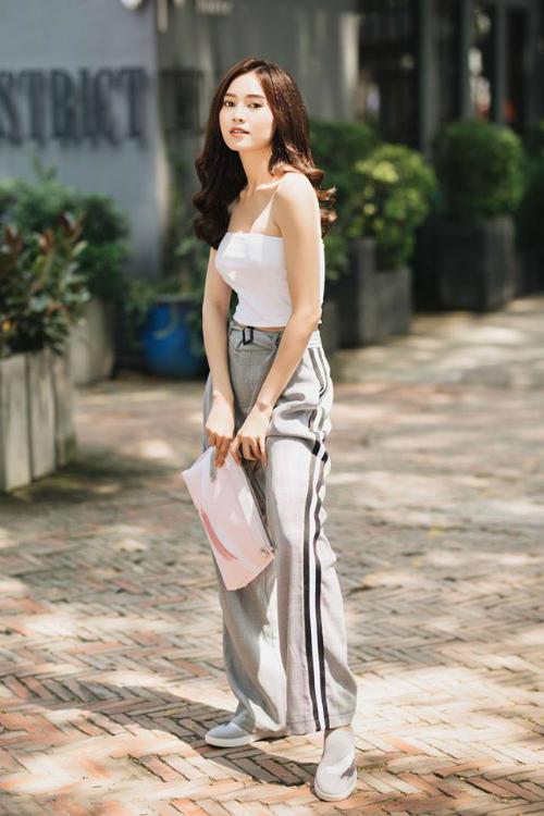 Dù yêu thích phong cách nền nã, thanh lịch nhưng thi thoảng, Lan Ngọc cũng làm mới bản thân với style cool ngầu. Cô mix áo crop - top khoe eo thon cùng quần cạp cao và giày bệt.