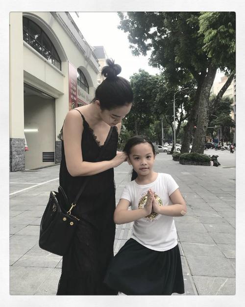 Trước nghi vấn chia tay ông bầu Quang Huy, Phạm Quỳnh Anh một mực im lặng. Dịp nghỉ lễ, cô chia sẻ khoảnh khắc ở bên con gái nhỏ khi về thăm quê nhà tại Hà Nội.