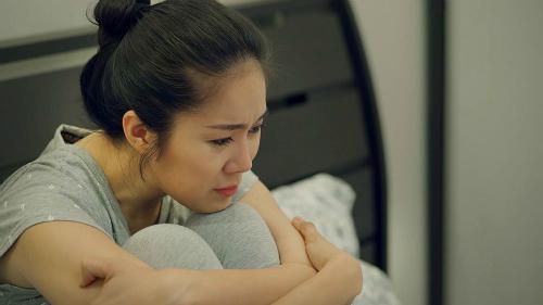 Không phải sống chung với mẹ chồng nhưng phận làm dâu cũng khiến Hương đối mặt với nhiều cay đắng, tủi nhục.