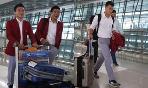 Olympic Việt Nam diện sơ mi trắng khoe vẻ soái ca ở sân bay ngày về nước