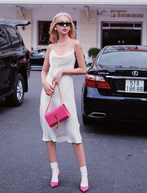 Phí Phương Anh chứng minh đầm lụa hai dây kiểu nội y vẫn có thể thành món đồ ra phố. Cô nàng cho thấy gu thời trang tinh tế khi kết hợp cùng phụ kiện màu hồng, vừa ngọt ngào vừa sang chảnh.