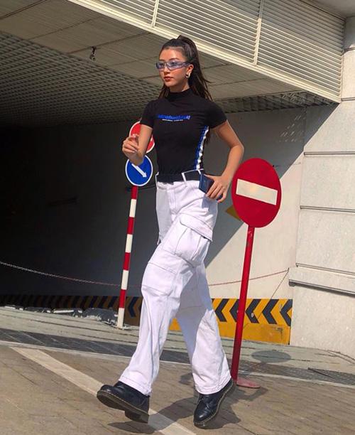 Với áo thun cổ cao bó sát mix cùng quần túi hộp và giày da đậm chất năm 2000, Quỳnh Anh Shyn trông chẳng khác gì Bella Hadid bản Việt.