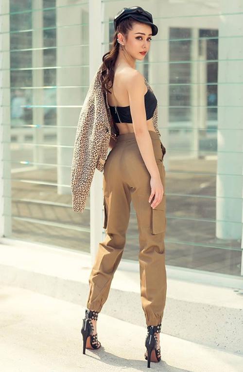 Áo quây, quần hộp cạp cao cùng sandals cao gót tôn lên vóc dáng mảnh mai, chiều cao chuẩn như người mẫu của MLee.