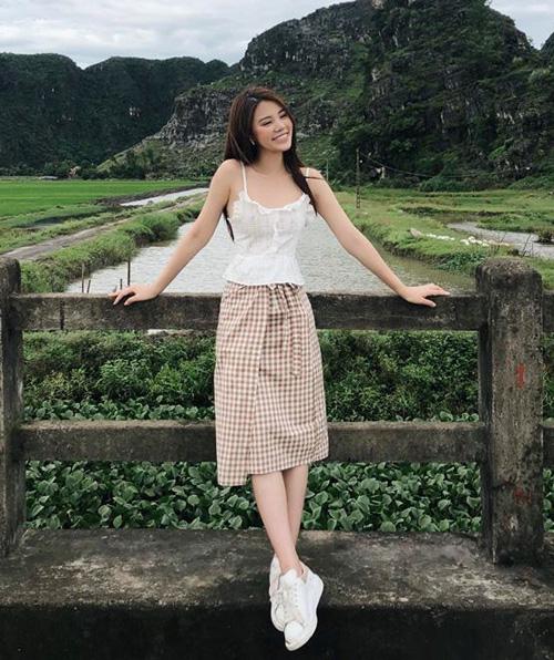 Jolie Nguyễn xinh yêu trong bộ cánh áo hai dây mix cùng chân váy kẻ caro kiểu Hàn Quốc.