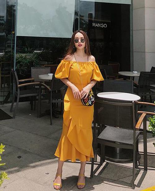 Yến Trang chẳng phải nắng vẫn chói chang khi diện cả cây đồ vàng rực.