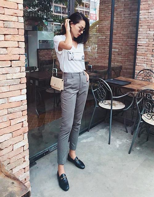 Minh Triệu diện áo phông với quần tây đơn giản theo tinh thần menswear.