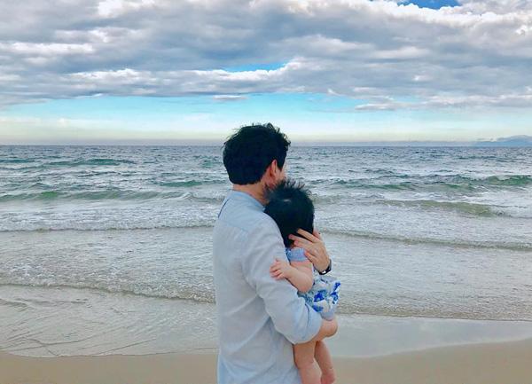 Đặng Thu Thảo khoe ảnh ông xã bế con gái ra biển chơi.