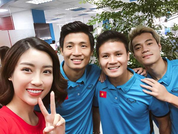 Mỹ Linh rạng rỡ selfie cùng Bùi Tiến Dũng, Quang Hải và Văn Toàn trong một buổi giao lưu trực tuyến.