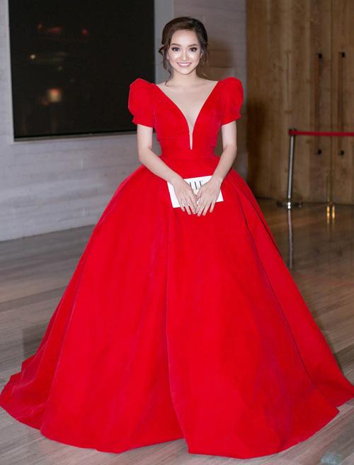 Sở hữu vẻ đẹp trong sáng, phúc hậu, Kaity Nguyễn rất phù hợp với phong cách điệu đà như công chúa. Cô nàng thường xuyên mang lên thảm đỏ những thiết kế cầu kỳ chẳng khác gì bước ra từ cổ tích.