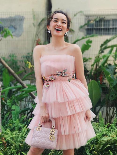 Màu sắc đầm dạ hội của Kaity rất đa dạng, tuy nhiên chủ yếu là các gam rực rỡ như đỏ, hồng... càng tăng thêm độ ngọt ngào.