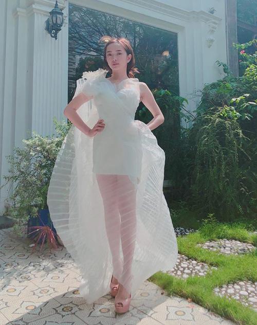 Các kiểu đầm dài, thiết kế nữ tính vừa giúp Kaity che giấu chiều cao vỏn vẹn 1,5 m, vừa giúp cô nàng trở thành tâm điểm khi xuất hiện.