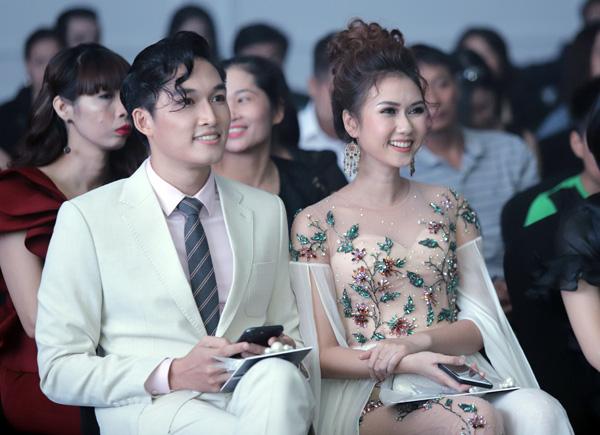 Diễn viên Hương Giang thích thú khi xem các cô nhóc, cậu nhóc biểu diễn.
