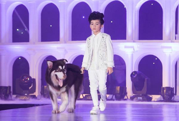 Trong khi các cô nhóc hóa công chúa, nữ hoàng với đầm dạ hội, thì các cậu nhóc lại đầy bảnh bao cùng vest. Mẫu nhí Cao Hữu Nhật được hưởng ứng khi bước lên sân khấu, catwalk cùng chú chó to lớn.